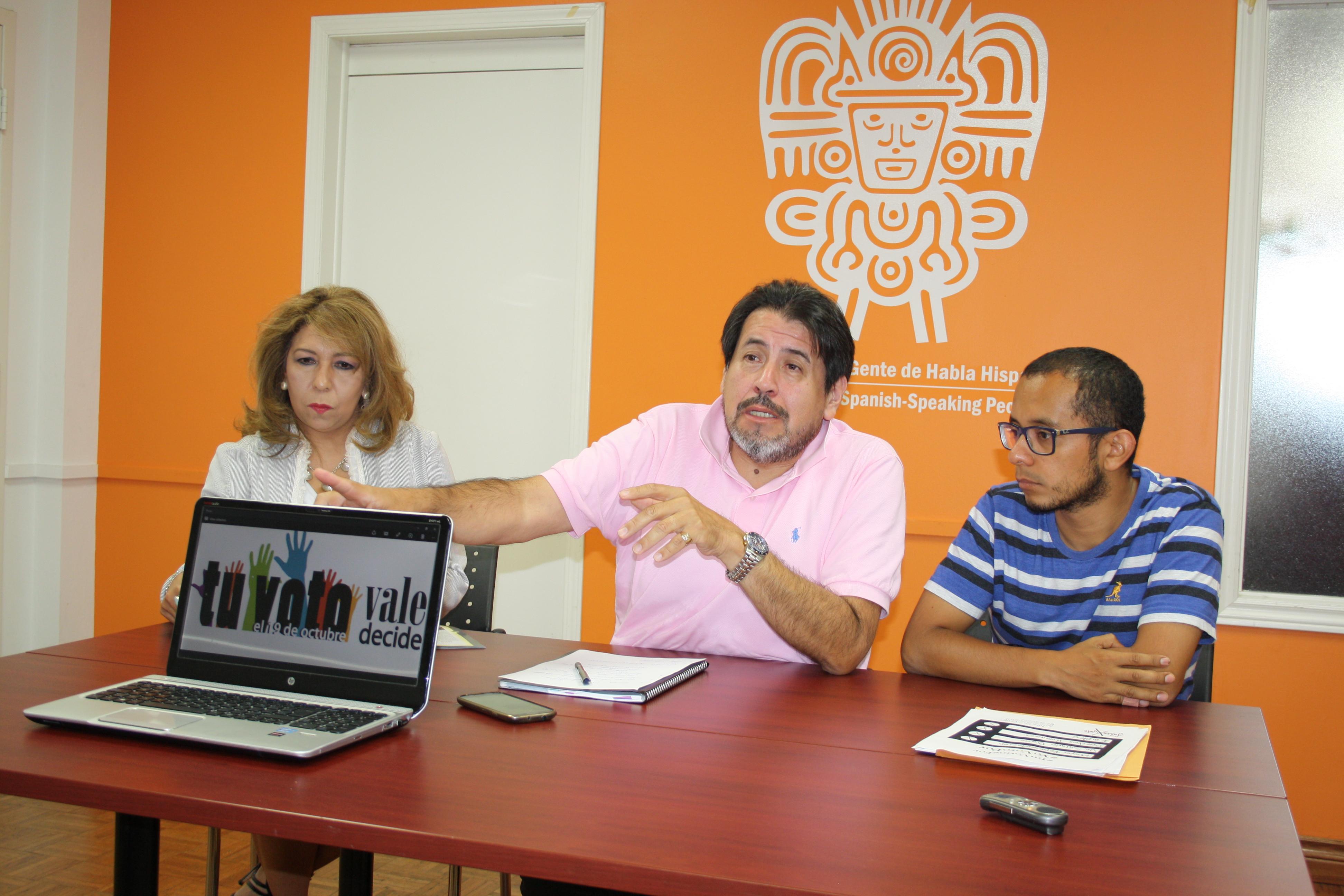 De izquierda a derecha: Claudia Montoya, del Consejo Canadiense para la Herencia Hispana (HCHC), Duberlis Ramos, del Consejo de Desarrollo Hispano, y William Flores, de LatinXVote, durante la conferencia de prensa realizada en las instalaciones del Centro para Gente de Habla Hispana (CSSP)
